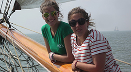 2 Frauen an Deck einer Segeljacht