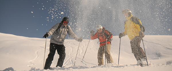 3 Skifahrer im Schnee