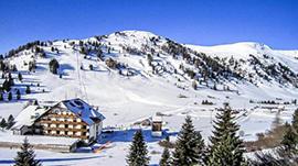 Winterliche Landschaft mit Haus und Bergen
