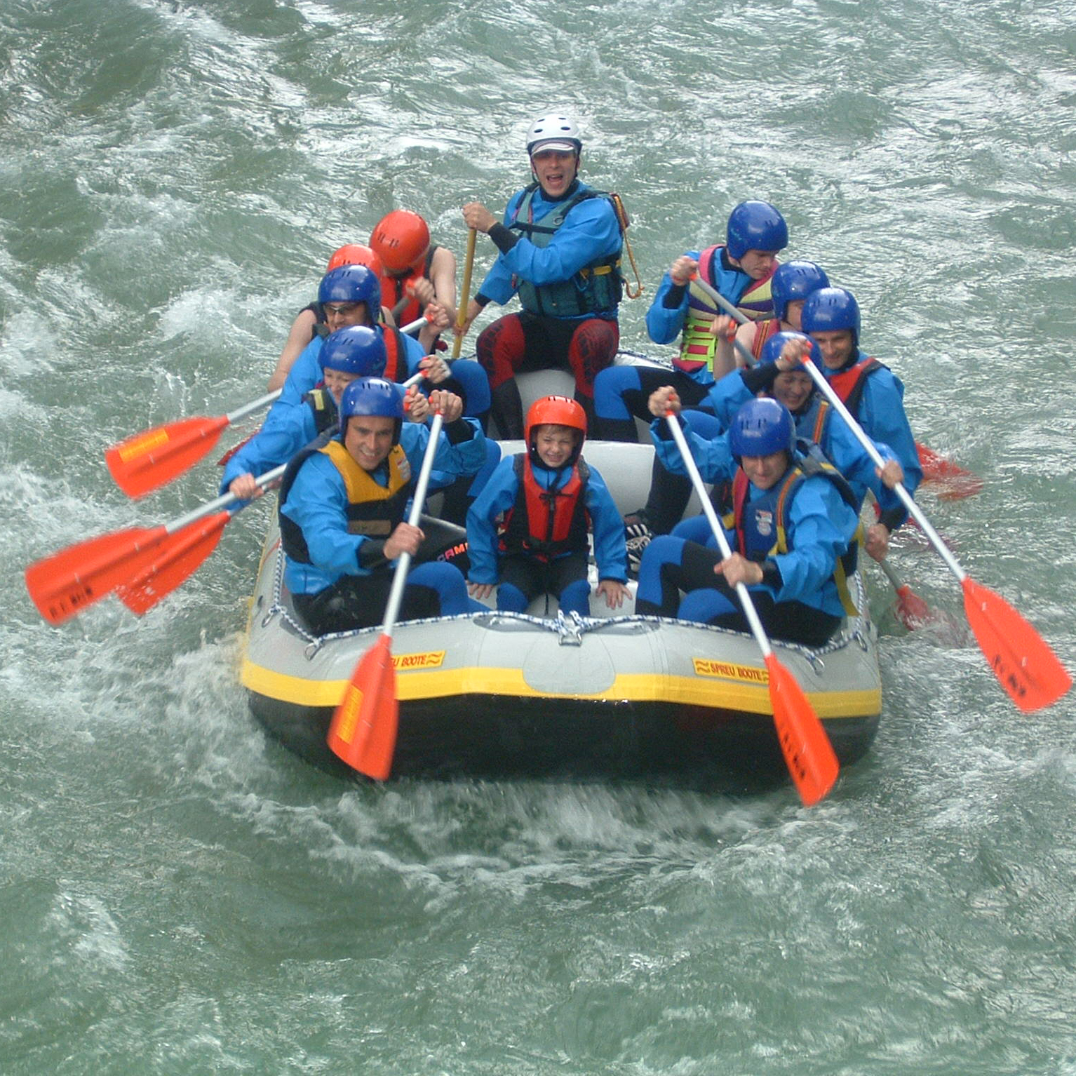 Gruppe beim Wildwasserrafting